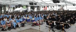 第1部では東大谷高校から約900 人・京都大谷高校と光華小学校から約150 人の総勢1000 人を超える生徒と教職員で埋め尽くされた境内